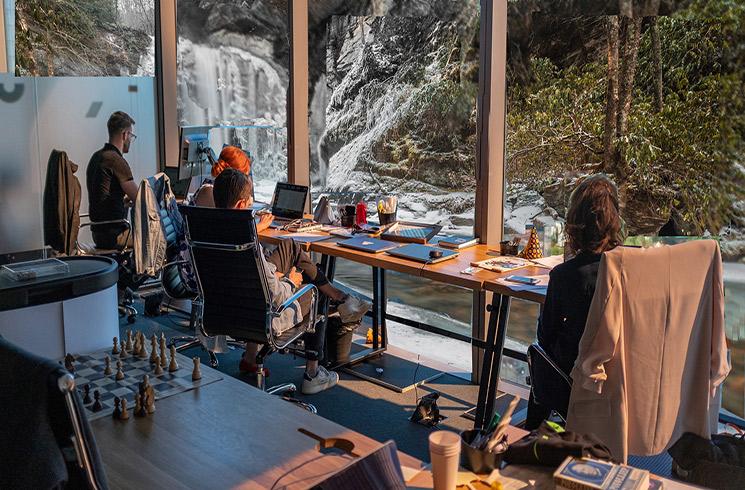Le design biophilique des espaces de travail peut commencer par une vue imprenable sur la nature.